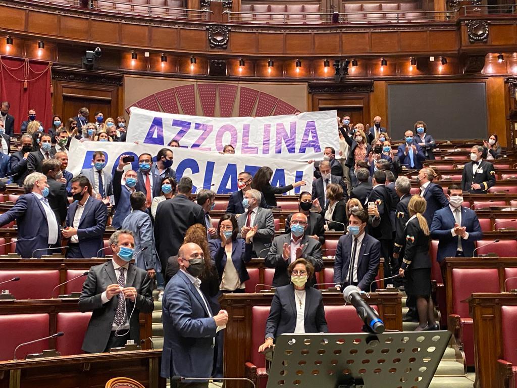 """Decreto scuola, bagarre in aula e striscione """"Azzolina bocciata"""""""