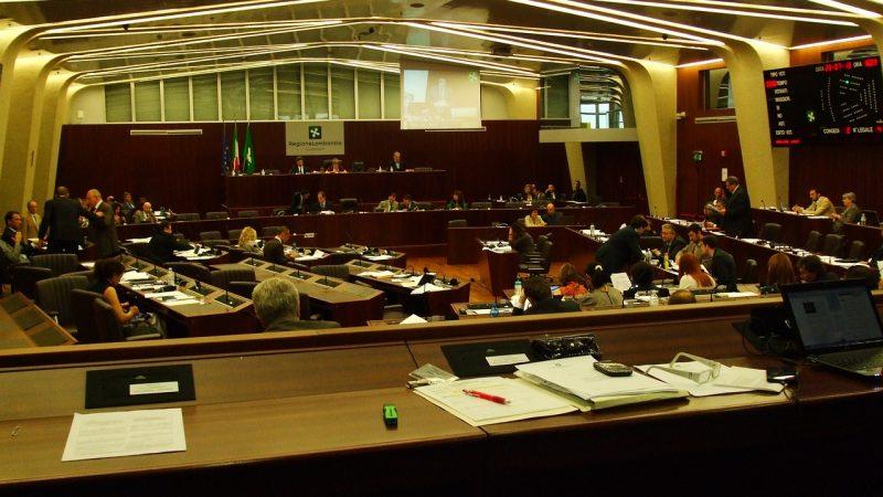 Il Consiglio Regionale della Lombardia approva mozione per il rinvio del concorso scuola. M5S e PD votano sì.